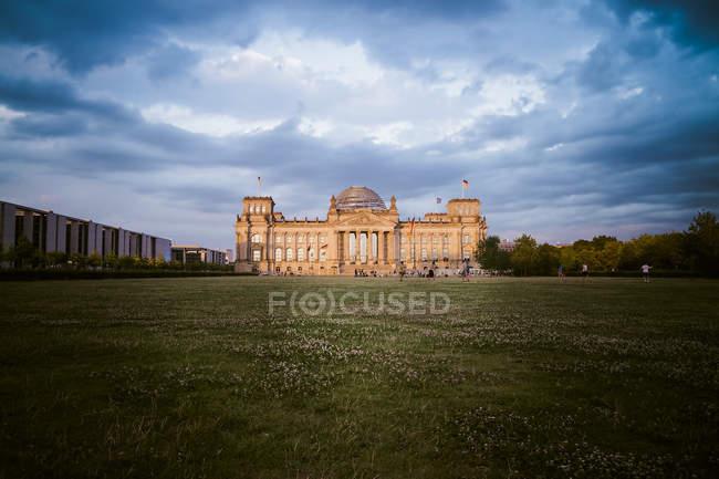 Німеччина, Берліні, Берлін-Тіргартен, Рейхстаг будівлі у вечірній час — стокове фото