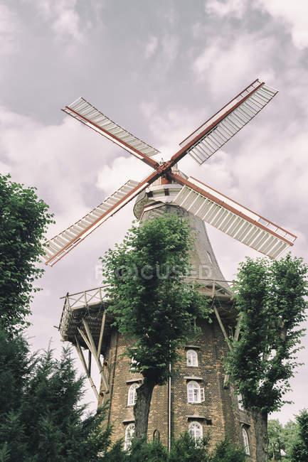 Германия, Бремен, я стены мельница против неба. — стоковое фото