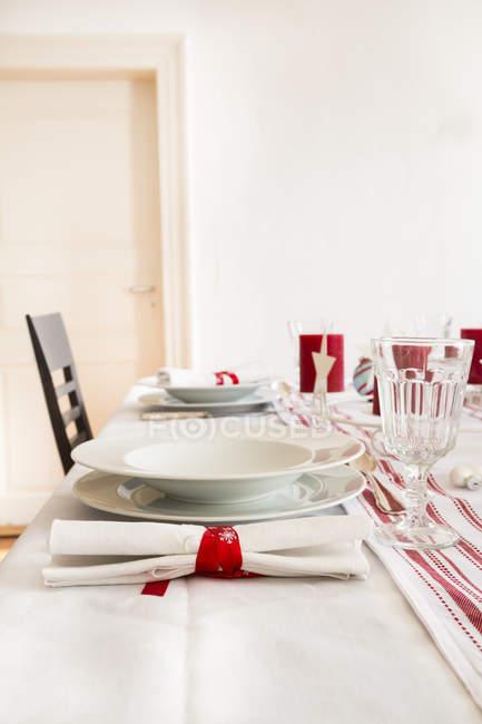 Rot-weiß gedeckter Tisch zur Weihnachtszeit — Stockfoto
