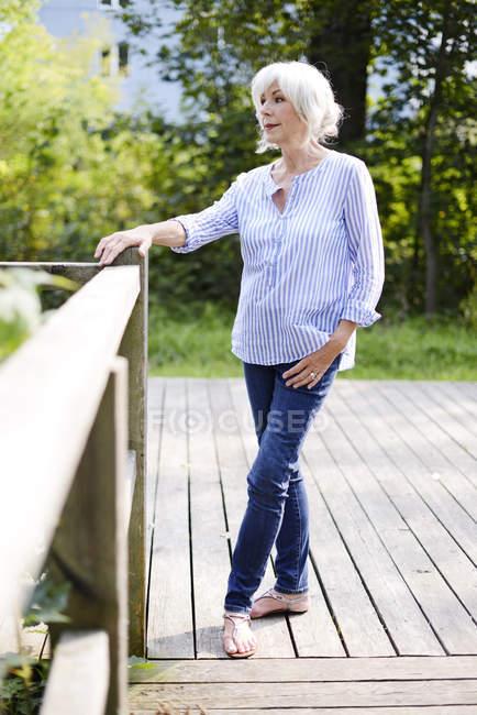 Старшая белая женщина стоит на улице — стоковое фото