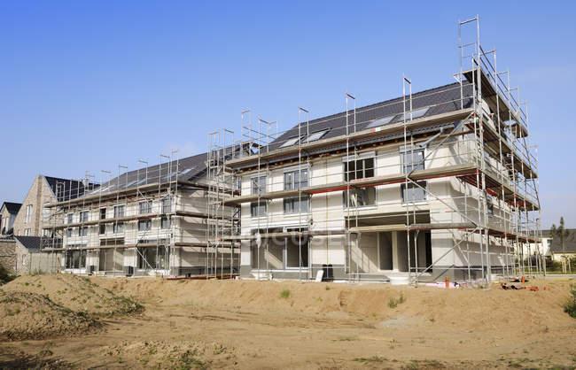 Germania, Renania Settentrionale-Vestfalia, Neuss, in vista del cantiere di due case semidetached — Foto stock