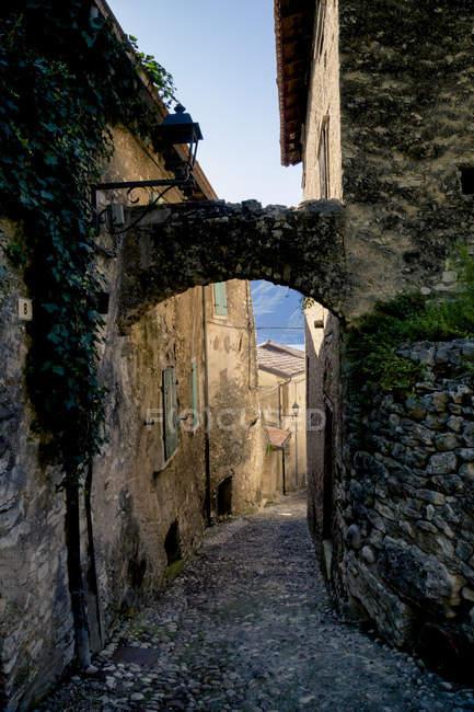 Italy, Veneto, Brenzone, Archway in Marniga di Brenzone — Stock Photo