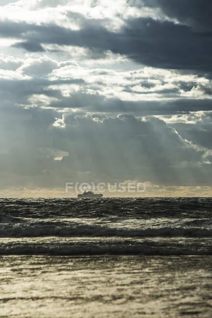 Spanien, Andalusien, Tarifa, Schiff auf dem Meer unter wolkenverhangenem Himmel — Stockfoto