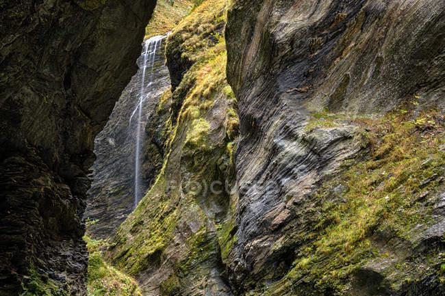 Viamala ущелині водоспад серед скель — стокове фото