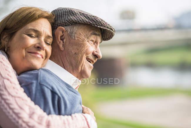 Дочь обнимает пожилого человека на улице — стоковое фото