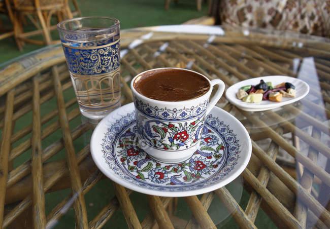 Турецьку каву на столі, зосередити увагу на передньому плані — стокове фото