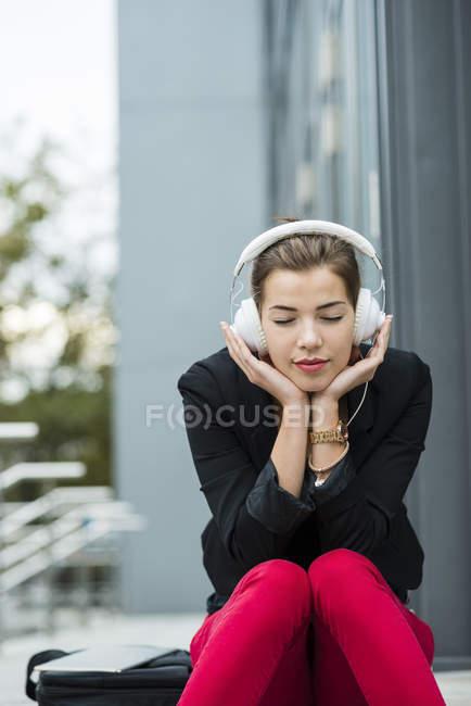 Donna che ascolta musica con le cuffie — Foto stock