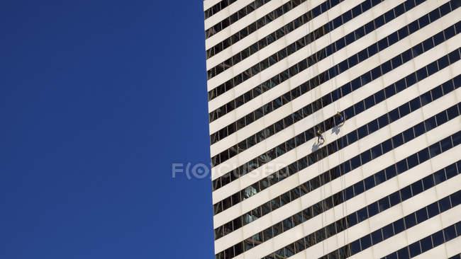 Estados Unidos, Illinois, Chicago, dos limpiadores de ventanas en fachada de rascacielos - foto de stock