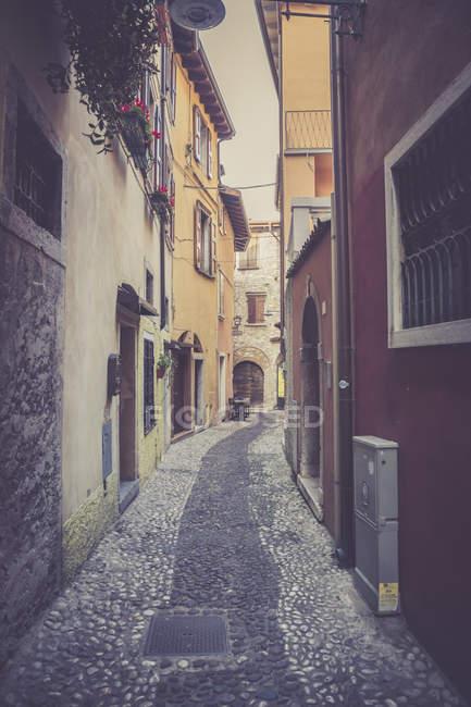 Italy, Veneto, Malcesine, Narrow lane in old town — Stock Photo