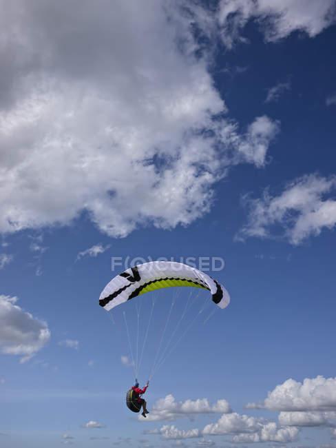 Parapente volant dans les airs — Photo de stock