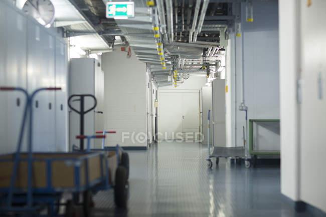 Vista interna della cantina con utility engineering e carrelli di trasporto — Foto stock
