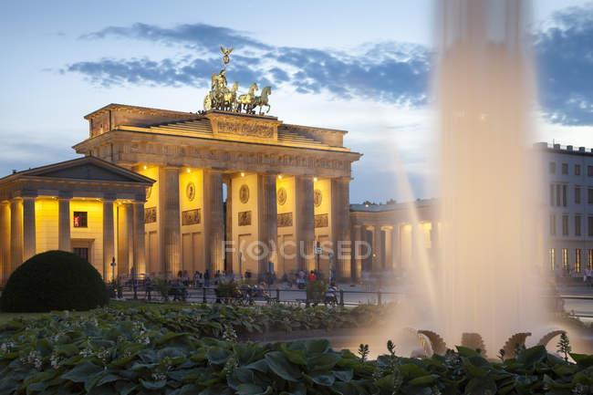 Alemania, Berlín, Berlín-Mitte, Pariser Platz, Puerta de Brandeburgo por la noche - foto de stock