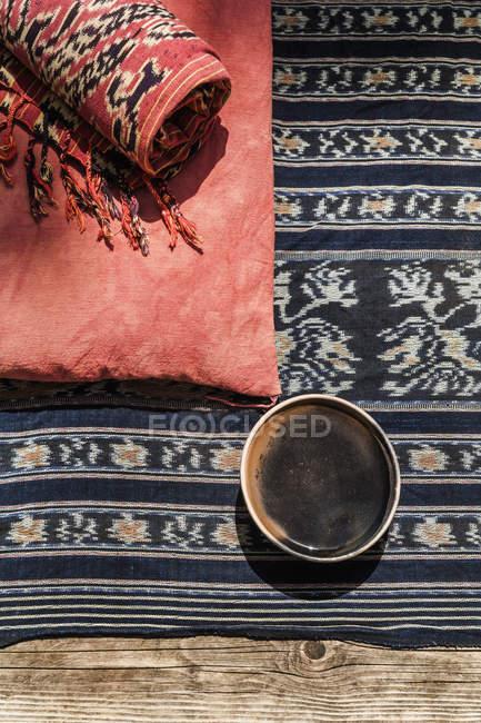 Чаша, подушки и одеяло на открытом воздухе — стоковое фото