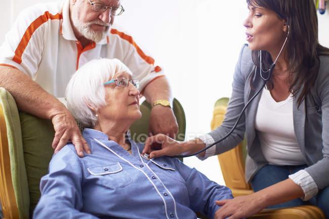 Medic caring for senior woman at home — Stock Photo