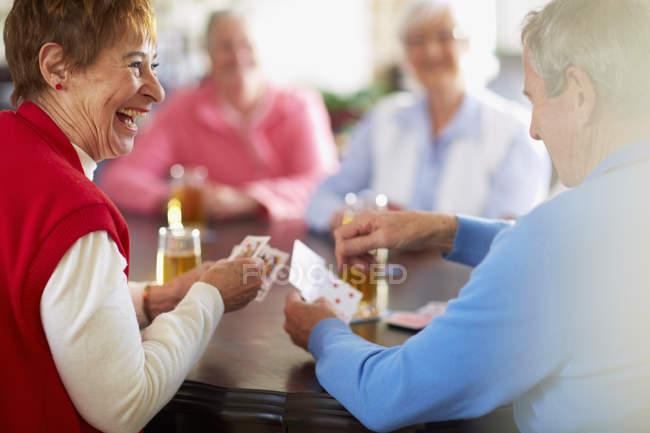 Старшие друзья играют в карты — стоковое фото
