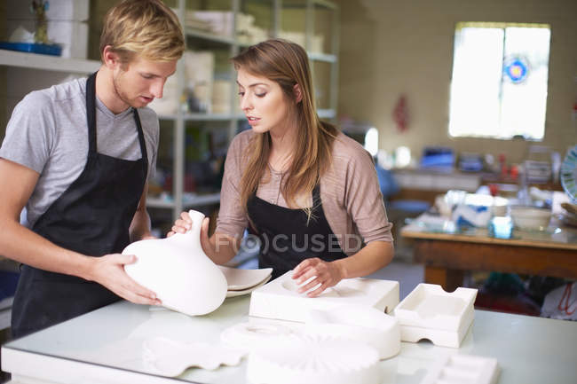Couple in a workshop manufacturing stained glass vase — Stock Photo