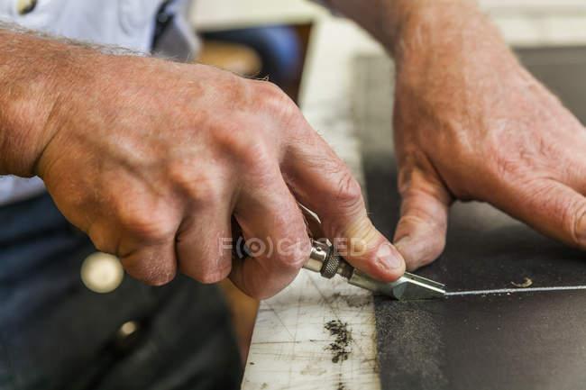 Шорні різання шкіри з groove катер — стокове фото
