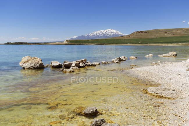 Turquia, região da Anatólia oriental, Anatólia, província de Van, perto de Erciş, na margem norte do Lago Van, vista para o vulcão Suephan Dagi — Fotografia de Stock