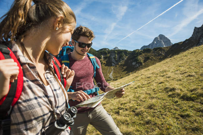 Austria, Tyrol, Tannheimer Tal, young hikers looking at map — Stock Photo