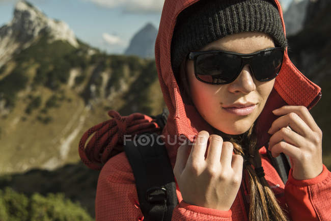 Austria, Tirol, Tannheimer Tal, excursionista con gafas de sol - foto de stock