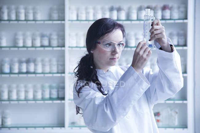 Jeune femme scientifique travaillant dans un laboratoire de biochimie — Photo de stock
