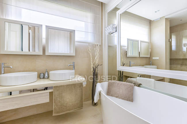 Luxury bathroom interior in Hill Park Apartments — Stock Photo