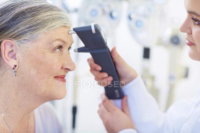 Окуляр осматривает зрение пожилой женщины — стоковое фото