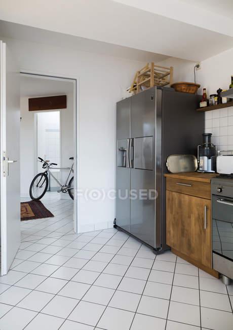 Cucina in attico appartamento con biciclette a sfondo — Foto stock