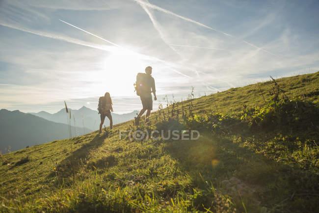 Австрія, Тіроль, Tannheimer-Таль, молода пара походи на Полонина — стокове фото
