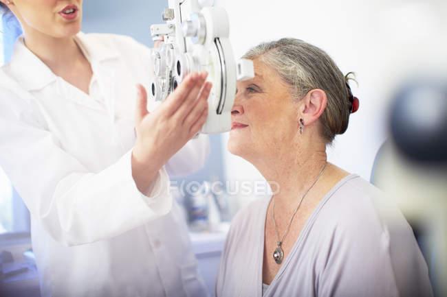 Augenarzt untersucht Sehvermögen der Seniorin — Stockfoto