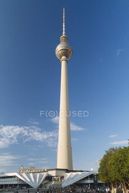 Alemania, Berlín, vista a la torre de televisión en Alexanderplatz - foto de stock