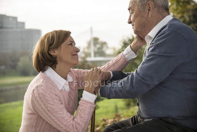 Senior mit Tochter im Freien — Stockfoto