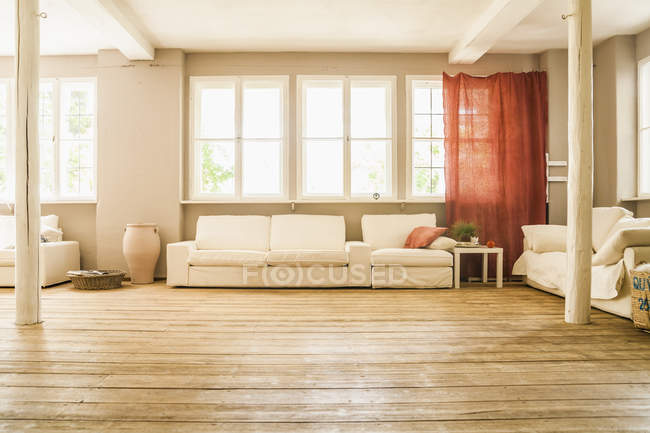 Ampio soggiorno con pavimento in legno — Foto stock