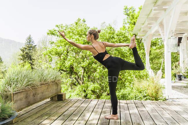 Mujer Practicando Yoga En La Terraza De Madera Día