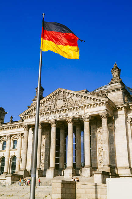 Germany, Berlin, Berlin-Tiergarten, Reichstag building, German flag — Stock Photo