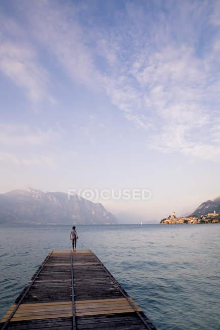 Italy, Veneto, Malcesine, Boy standing on jetty — Stock Photo