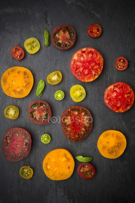 Фрагменты различных Хеерлум помидоры на шифер — стоковое фото