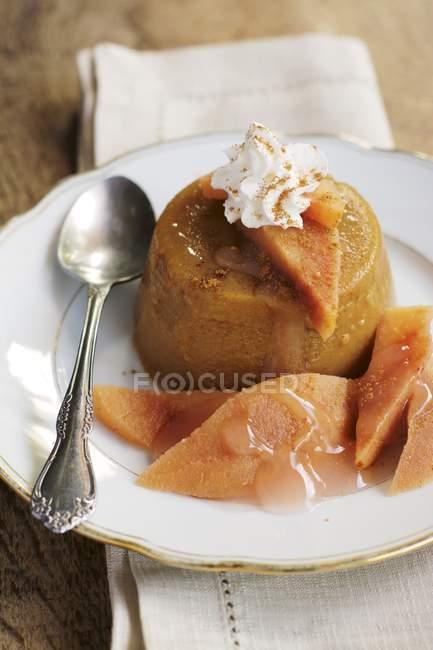 Блюдо Тыква Заварной крем с кусочками айвы, украшенный взбитыми долива немолочных — стоковое фото