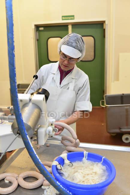 Жінки, що працюють в ковбасної продукції в муніципалітет бійня — стокове фото