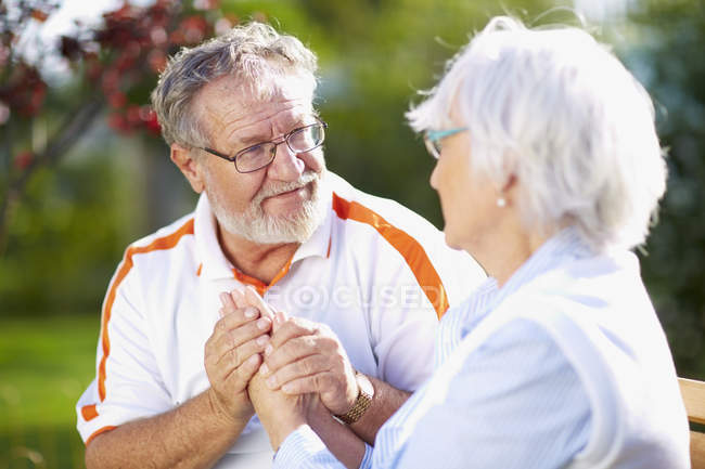 Senior couple holding hands in park — Stock Photo