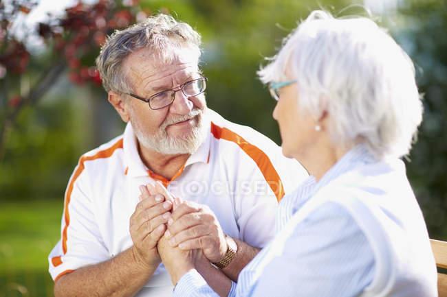 Seniorenpaar hält Hand in Hand im Park — Stockfoto