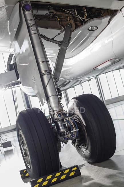 Международного аэропорта Гданьск, Польша авиалайнер в ангар, деталей самолетов — стоковое фото