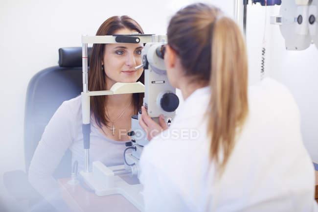 Augenarzt untersucht das Sehvermögen der Frau — Stockfoto