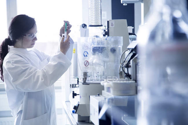 Young female scientist working in a biochemistry laboratory — Stock Photo