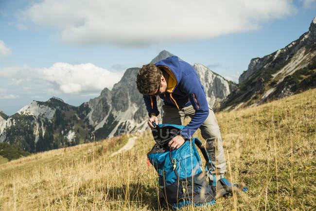 Австрия, Тироль, Таннхаймер Таль, туристы с рюкзаком на альпийском лугу — стоковое фото