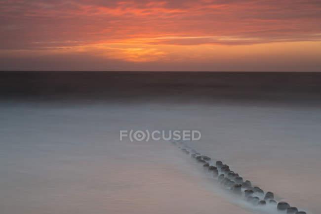 Brise-lames de Sylt, en mer du Nord, Allemagne, Schleswig-Holstein, afterglow — Photo de stock