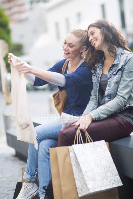 Zwei Freundinnen, die gerade ihre Einkäufe — Stockfoto