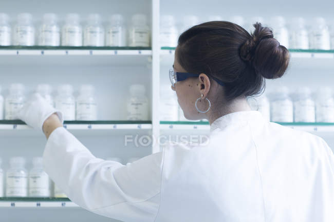 Female scientist working in a chemical lab — Stock Photo