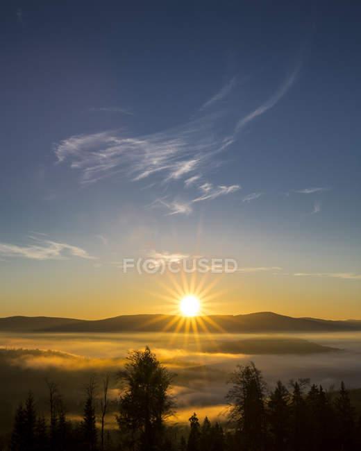 Vista panorâmica do vale com lufada de névoa ao nascer do sol, Parque Nacional da floresta da Baviera, Baviera, Alemanha — Fotografia de Stock