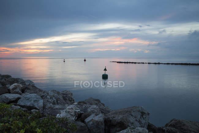 Slovénie, Istrie, Littoral slovène, Izola, Côte Adriatique au coucher du soleil — Photo de stock